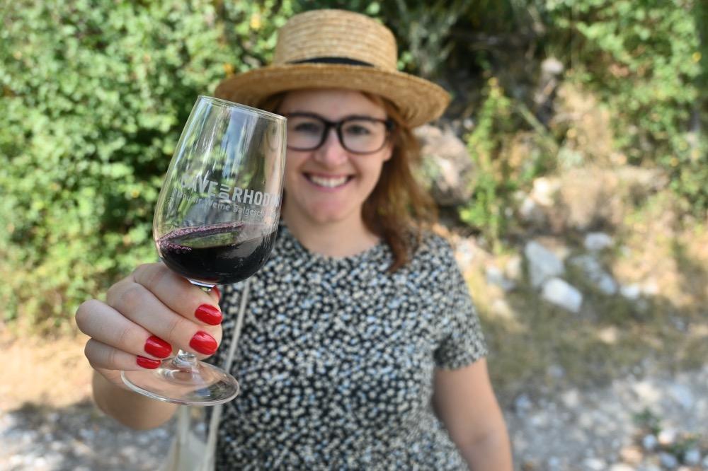 Visitar Salgesch: yo sosteniendo una copa de vino tinto