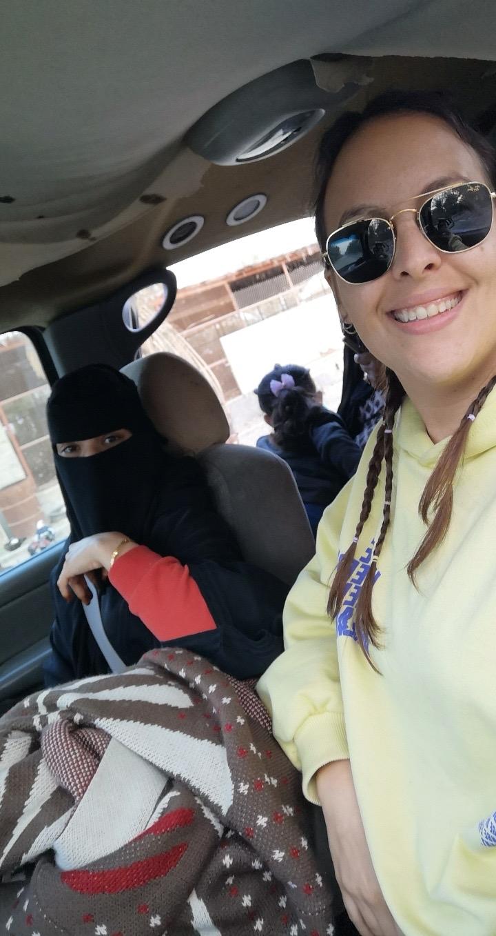Selfie de Paula junto a una mujer saudí cubierta con un nicab dentro de un coche.