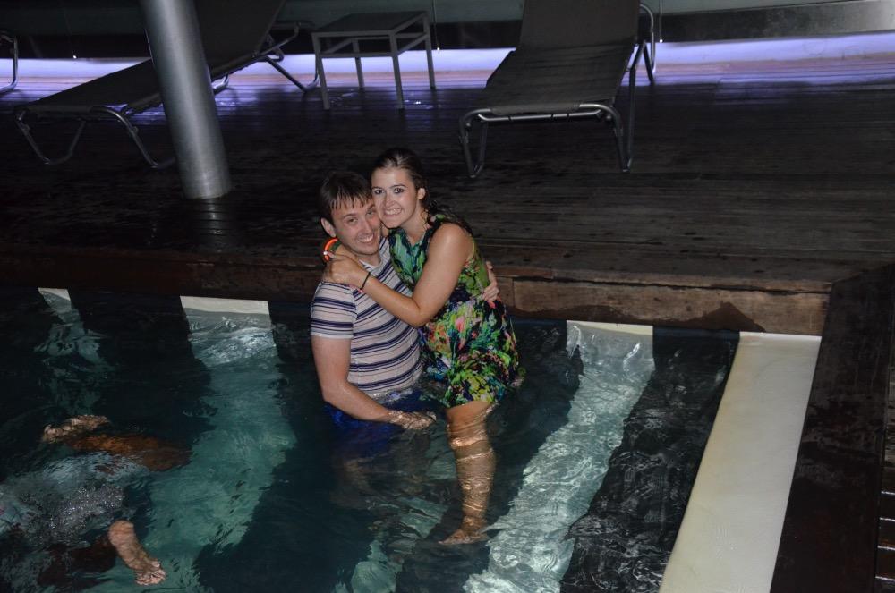 Adrián y yo en la piscina vestidos