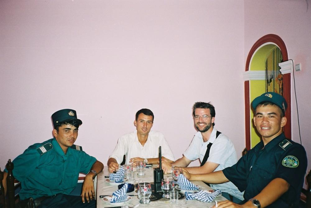 Pablo rodeado de 3 policias en un restaurante