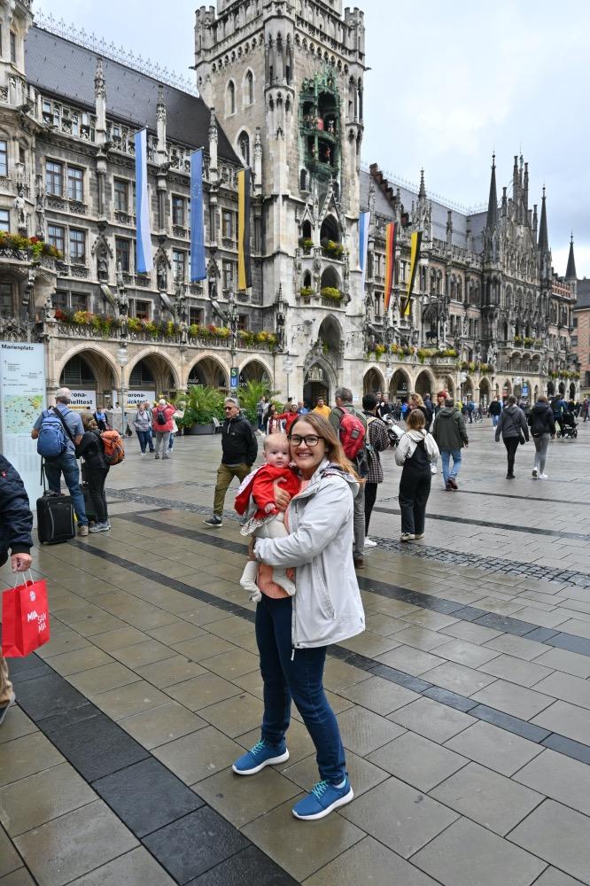 Yo con Lucía en brazos. De fondo, el ayuntamiento de Marienplatz y muchas personas.