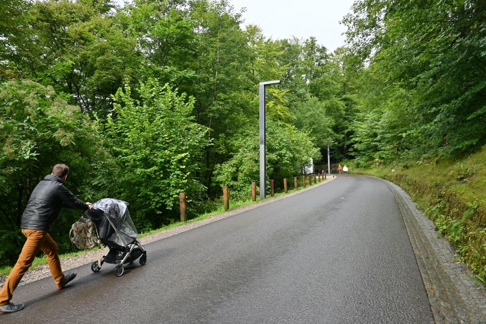 Adrián empujando el carrito de Lucía por el camino
