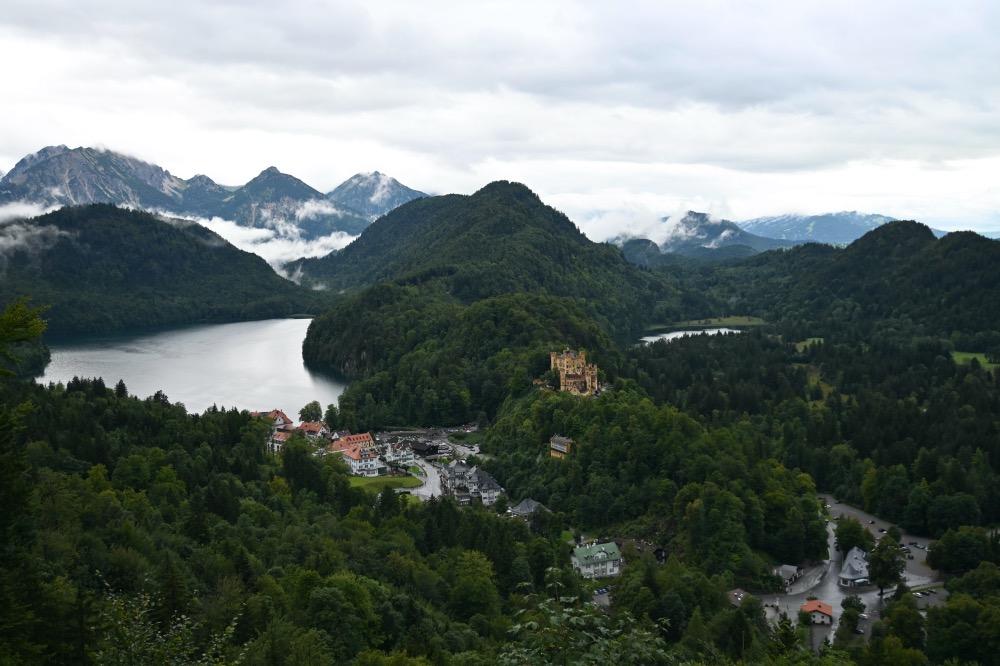 Vistas de un lago, nubes sobre las montañas, otro castillo