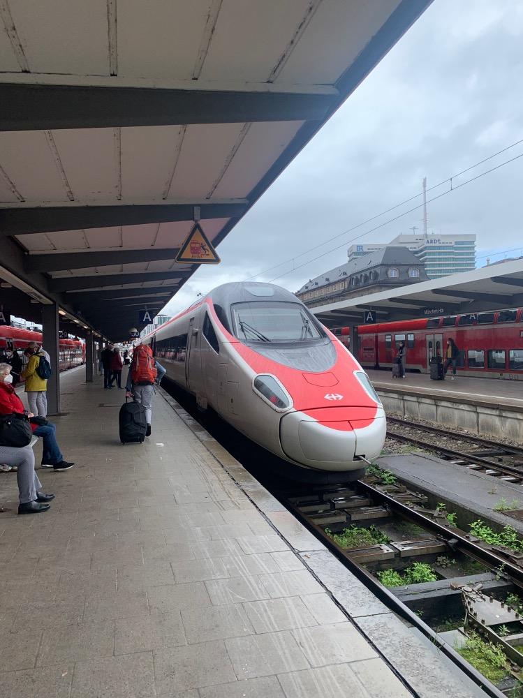 Tren rojo y blanco en un andén
